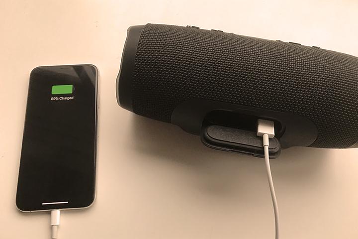JBL Charge3でiPhoneを充電している様子