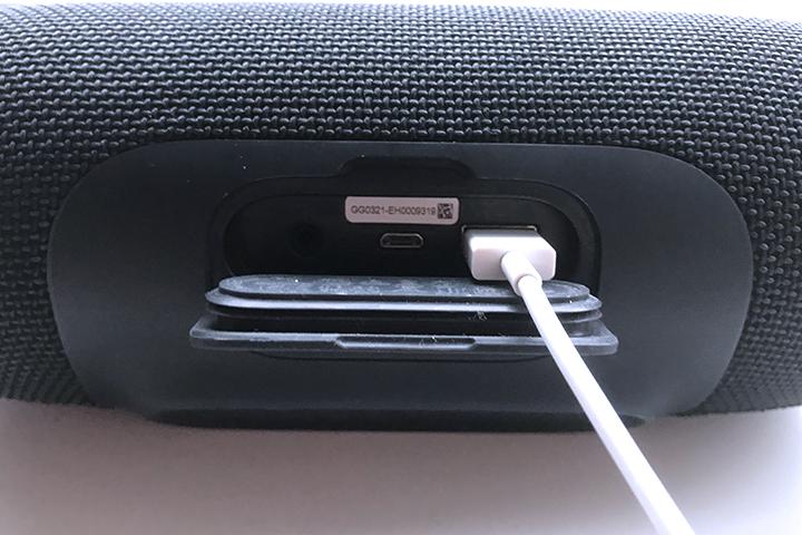 JBL Charge3本体のUSB端子に、iPhoneのケーブルを接続している様子