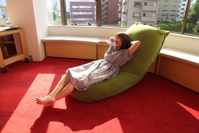 椅子にもソファにもベッドにも 一つでいろんな使い方ができるソファ『Yogibo(ヨギボー)』