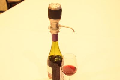 瞬時にワインがおいしくなる! 世界初の電動ワインディスペンサー「Vinaera(ビナエラ)」🍷