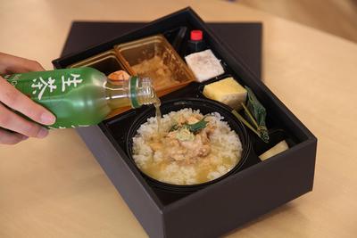冷たい『生茶』で熱々鯛茶漬け ミシュランの味が弁当に