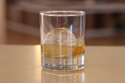 透明で丸いリッチな氷を簡単に作るポーラーアイストレイ