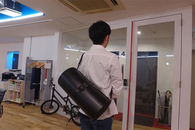 シワを付けない新しいスーツバッグ!ポイントは「巻いて背負える」