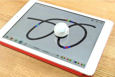 センサーで色や線を読み取って動き回るロボット「Ozobot」