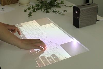 壁やテーブルがスマホの画面に! タッチで動かすスマートプロジェクター『Xperia Touch』