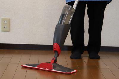 床拭き楽々!レバーで水が出る『スプレーモップ』