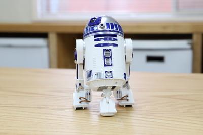 三脚、二脚、よちよち歩き……スター・ウォーズの「R2-D2」を再現したミニドロイド