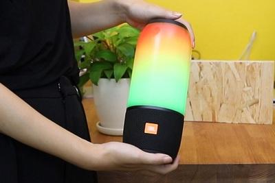 音楽に合わせて光る防水スピーカー『JBL PULSE 3』