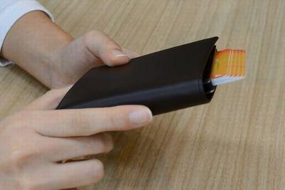 レバー1つでカードを出し入れ!便利な財布『CARDEE Wallet』