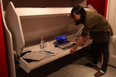 デスクがベッドに変形……省スペース家具『デスクベッド』