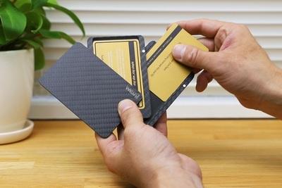 カードも小銭も片手でサッ!高機能カードケース『PITAKA(ピタカ)』