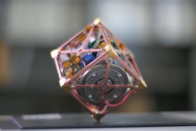 1点でバランスを保つ謎の立方体!JAXA開発『超小型三軸姿勢制御モジュール』
