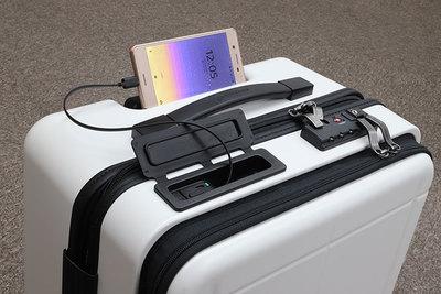 充電や盗難防止機能もついた多機能キャリーケース『マックスパス スマート』