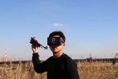 紙飛行機に乗れる!? VRで操縦できるカメラ搭載ドローン『PowerUp FPV(パワーアップFPV)』