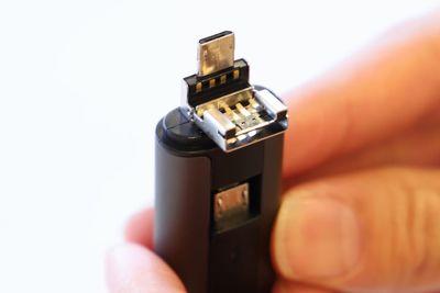 スマホのデータを簡単にPCへ移行 充電までできちゃうUSBメモリ