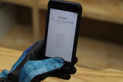 スマホの指紋認証ができる手袋『EVOLG(エヴォログ)』