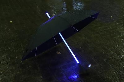 雨の日のアウトドアも楽しくなる!7色に光る傘『ライトブレードアンブレラ』
