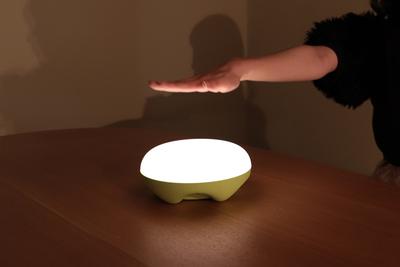 手をかざして光を調節!『LED Sensor Lamp(LEDセンサーランプ)』