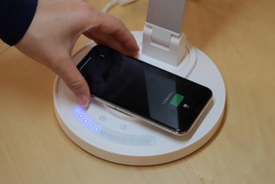置くだけでスマホを充電できる「LEDデスクライト」