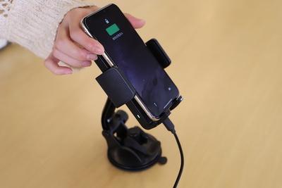 置くだけで車のなかで急速充電!TaoTronics「ワイヤレス充電付き車載スマホホルダー」