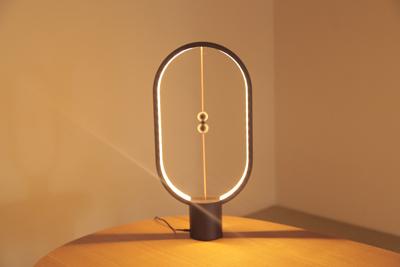 空中でボールをくっつけると明かりがつく?オシャレな間接照明「Heng Balance Lamp(ヘン・バランスランプ)