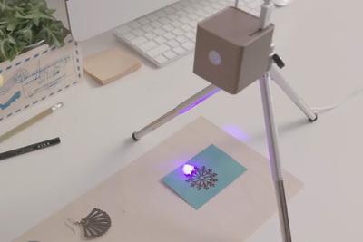 ジジジっと木材や紙、食品にもレーザー刻印ができる『Cubiio』