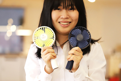 うちわみたいに使える扇風機。今夏のお供に。『小型卓上扇風機(SOLOVE)』
