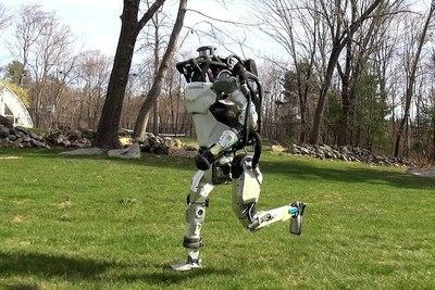 人間以上?荒野を駆けバク宙までこなす人形ロボット『Atlas』