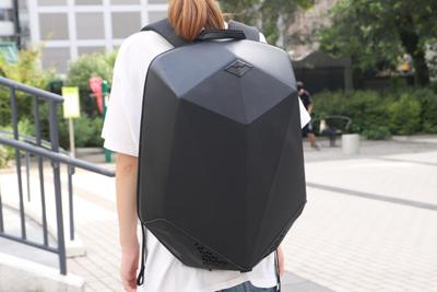 スピーカーも付いてる!荷物の保護に特化した機能性バックパック『SHIELD』
