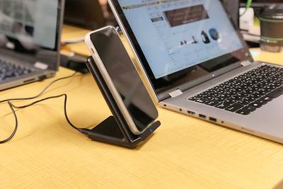 iPhone8/Xにおすすめなワイヤレス充電器6選!形状、充電速度...何を基準にして選ぶ?