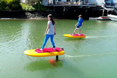 水上を優雅にお散歩! 「飛ぶ」サーフボード『JetFoiler』