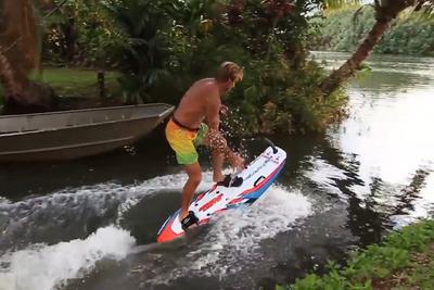 エンジンでグイグイ水上を駆けるサーフボード『JetSurf』