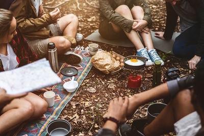 美味さ格別!優雅なキャンプの朝ごはんとオススメグッズ