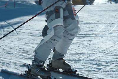 スキーをより楽しく!「ELEVATE」は両足に装着する外骨格