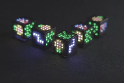 ゲームにピッタリ!「Dicees」は光るデジタルサイコロ