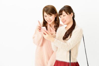 キラキラのiPhoneケースが可愛い!人気のデザインを紹介