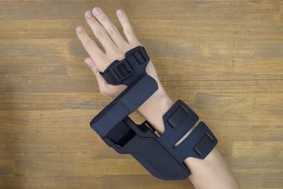 仮想世界に触れる。VRデバイス「EXOS Wrist DK2」は触覚を再現