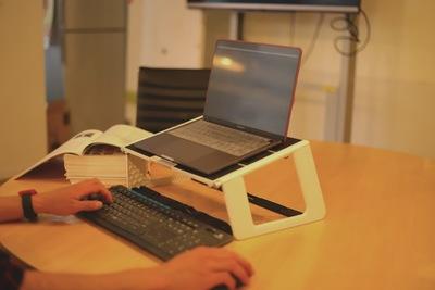 [レビューあり]どこでも健康的な姿勢に保てるノートパソコンスタンドを紹介!