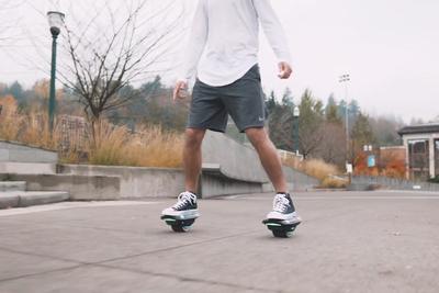 両足で自由に移動できる、ローラースケート風の電動乗り物「ZUUM」