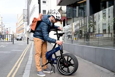 持ち運びラクラク! 2WDの電動折りたたみ自転車「Gocycle GX」