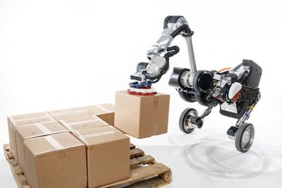 まるでゲーム。ダチョウのような荷運びロボットが縦横無尽に大活躍