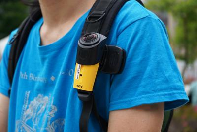 ハンズフリー撮影でも安定した映像が撮れる!超軽量・装着型VRカメラ 『OmiCam』
