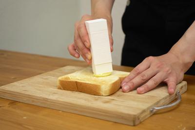 スティックのりのようにバターがぬれる『直ぬりバタースティック』