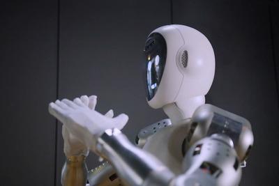 倉庫作業から料理まで! 一緒に働いてくれる等身大ロボット「EVEr3」