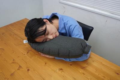 一瞬で膨らむ枕!持ち運びラクラクなトラベルピロー『オーベージンピロー』