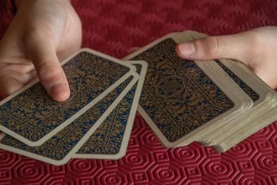 おすすめカードゲーム10選!旅先や家族で一緒に楽しめるものは?選び方も紹介