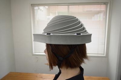 グラッときた時にすぐ装着!避難用簡易保護帽「でるキャップ」【半歩未来のライフスタイル】