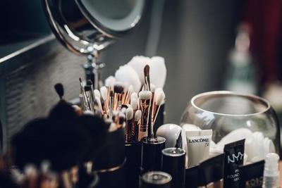 化粧直しにおすすめのグッズ10選!持ち運びに便利なタイプがおすすめ