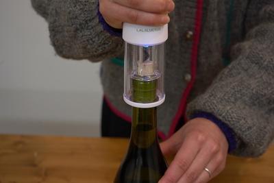ワインの栓抜きがわずか10秒で!「ラクラクワインオープナー」【半歩未来のライフスタイル】
