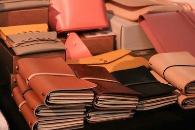 ブックカバーのおすすめ10選! 素材とサイズが重要